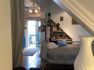 Airy studio apartment with full kitchen